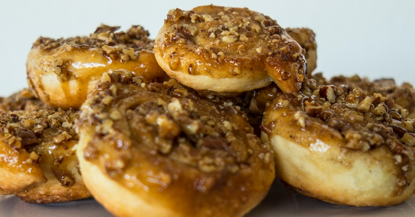 caramel rolls with pecan nuts