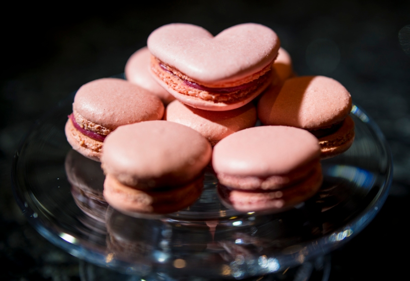 valentine's day macarons with raspberry filling