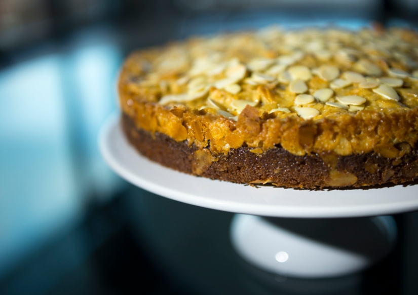 vanilla cake with almonds and caramel