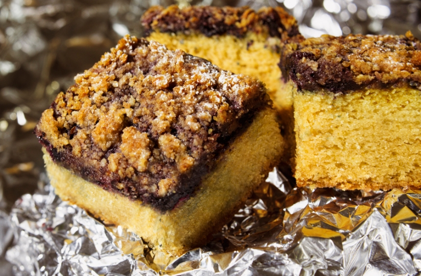 blueberry cake with cinnamon streusel